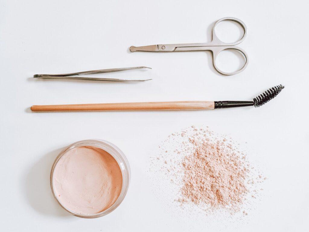 strumenti per tenere in ordine le sopracciglia e le ciglia: pinzetta, scovolino, forbicine e cipria