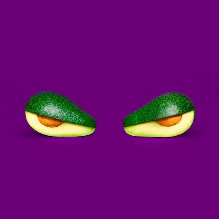 due avocado tagliati a metà che simulano degli occhi